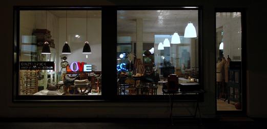 Einzelstück Laden bei Nacht