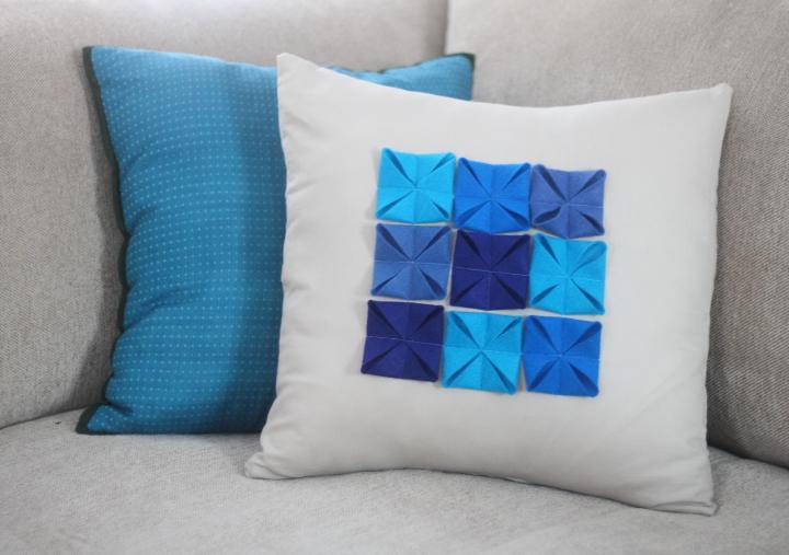 & DIY Felt Accented Pillow Cover - Blog - homeandawaywithlisa pillowsntoast.com