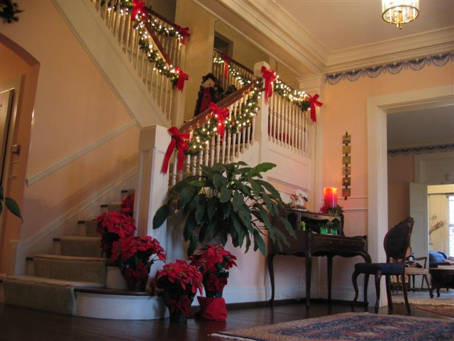 Christmas decorations for the foyer entryway christmas for Foyer christmas decorating ideas