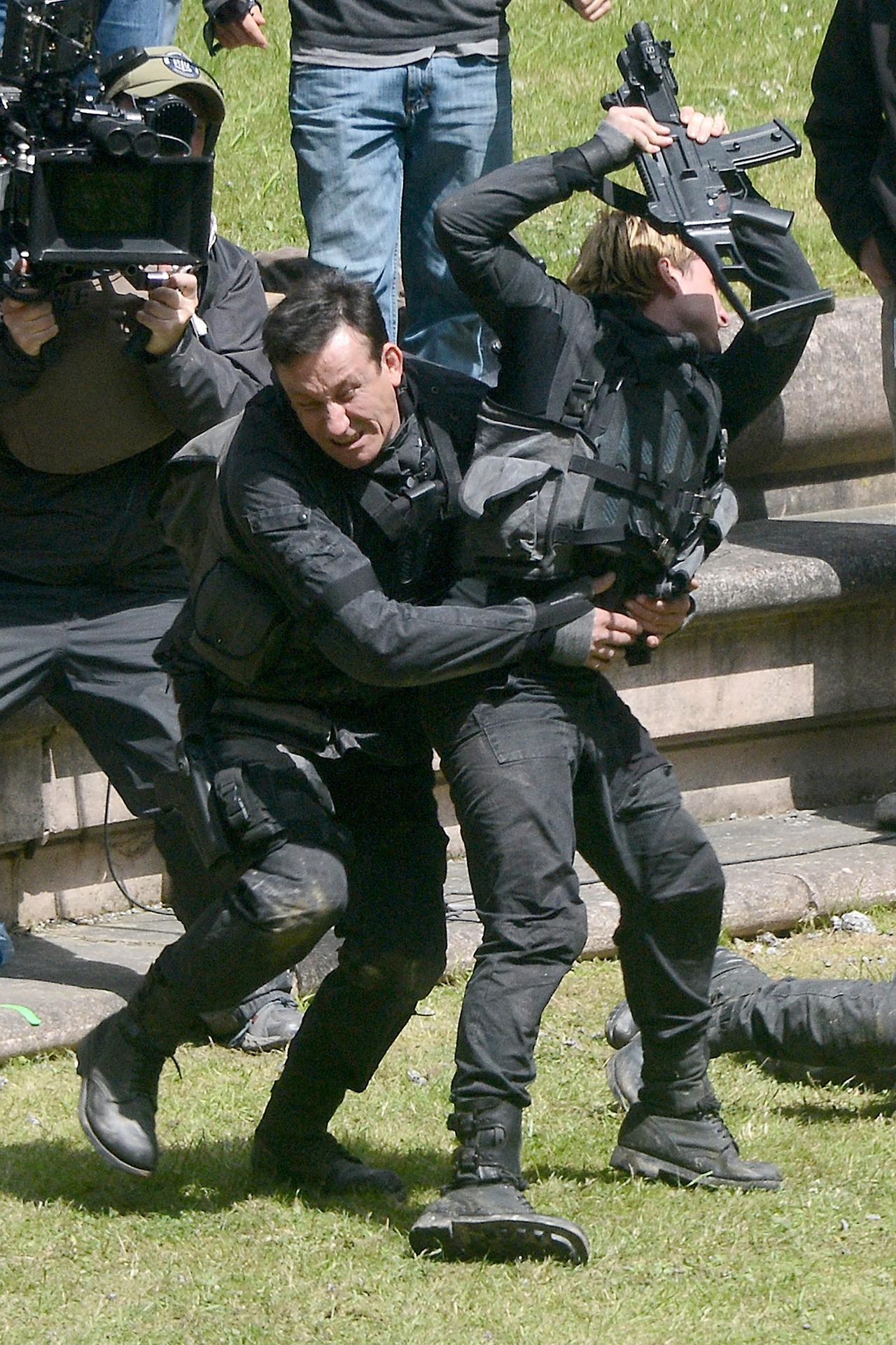 The Hunger Games Mockingjay Part 1 Peeta Attacks Katniss ...