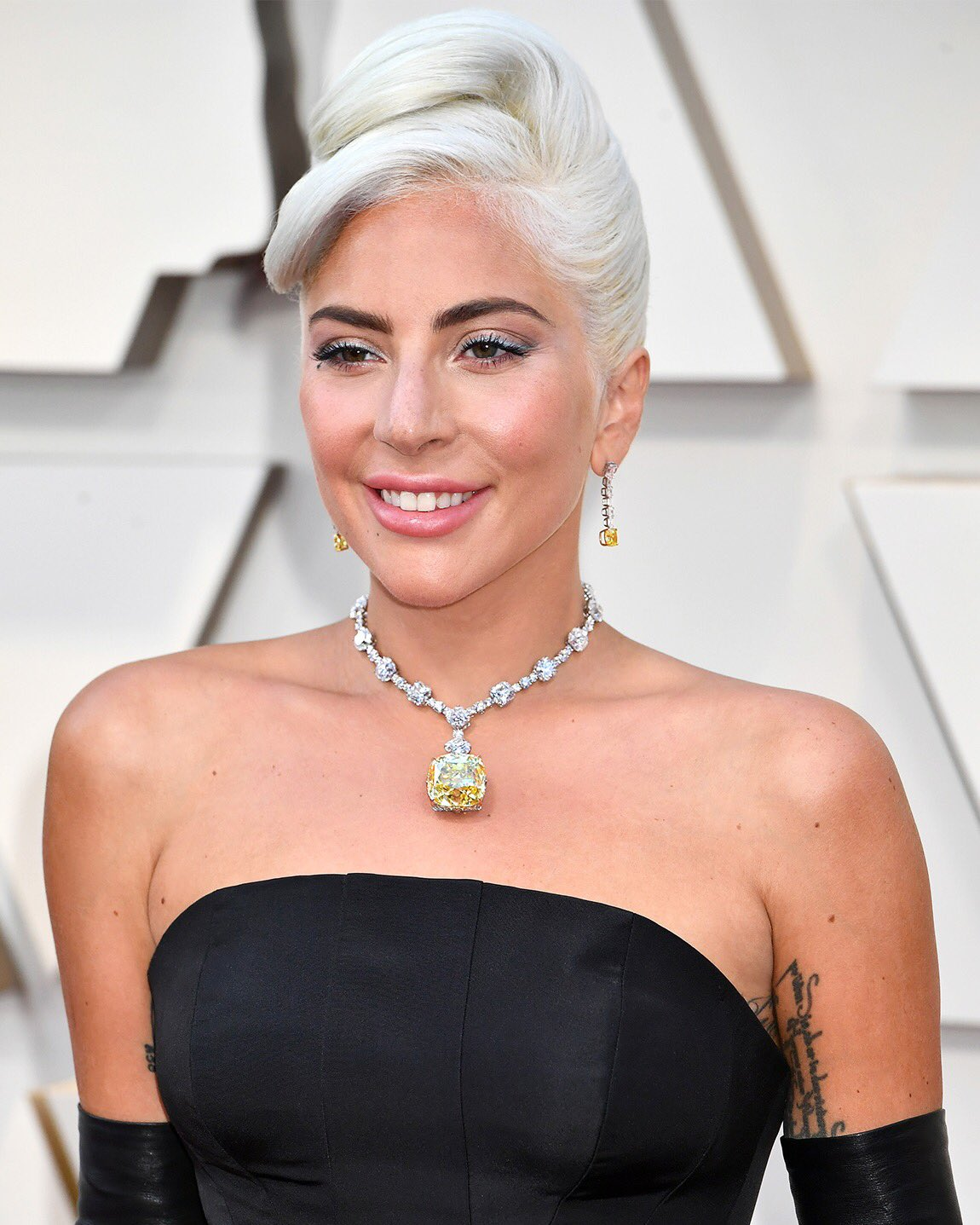 fc9e3b9a6 LADY GAGA STUNS THE CROWD IN TIFFANY & McQUEEN PH: GETTY IMAGES
