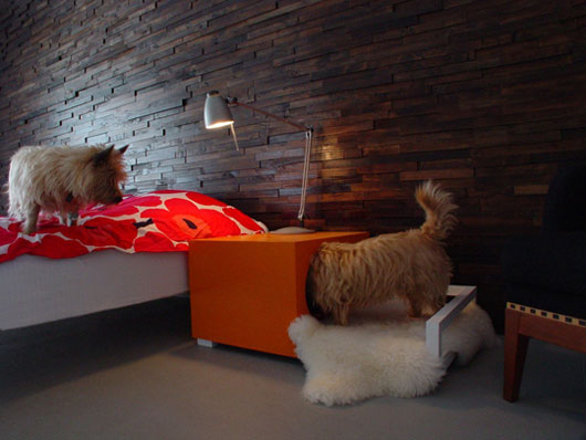 Hunde hus cute pet house and beside table bed for Dog bed beside bed