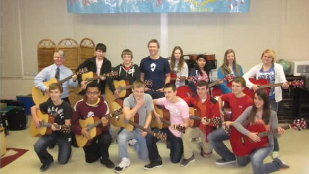 Craig Morgan Donates 15 Acoustic Guitars to Tennessee Middle School