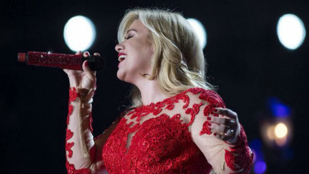 """Kelly Clarkson Sings Sam Smith's """"Stay with Me"""" in Concert"""