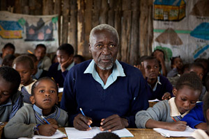 Maruge (Oliver Litondo) at his school desk