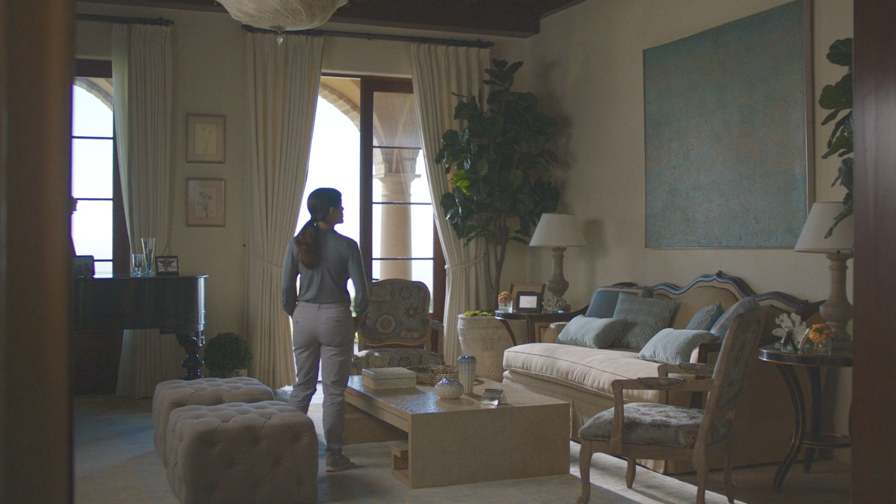 The Furniture Beatriz At Dinner In A Tacky Muted Mansion Blog  # Meuble De Tv En Biatrez