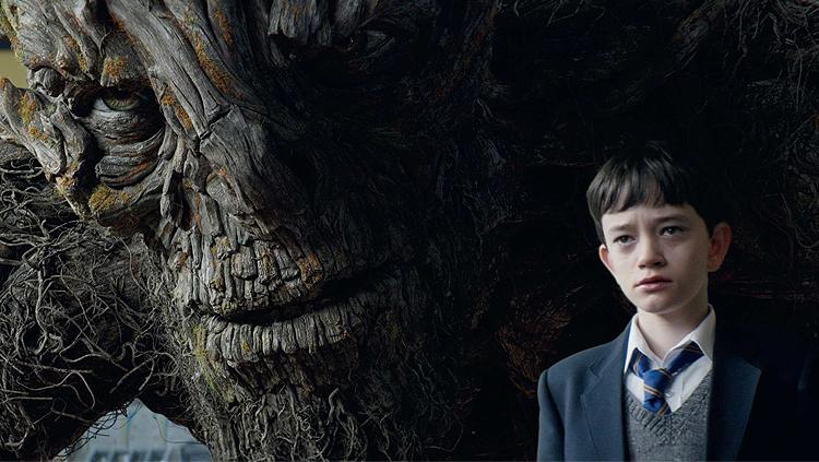 Lewis Macdougall dan sosok Monster (Liam Nesson)